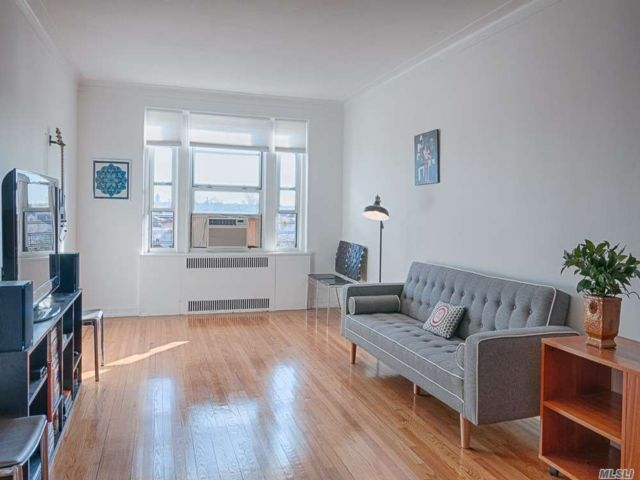 1 BR,  1.00 BTH Mid rise style home in Forest Hills