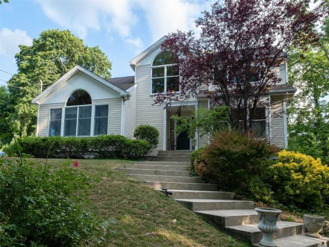 3 BR,  4.00 BTH  Colonial style home in Port Jefferson