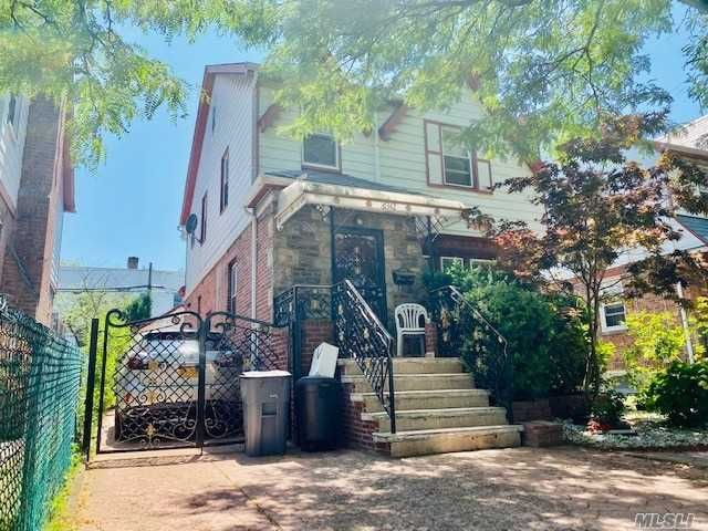 6 BR,  5.00 BTH  Colonial style home in Rego Park