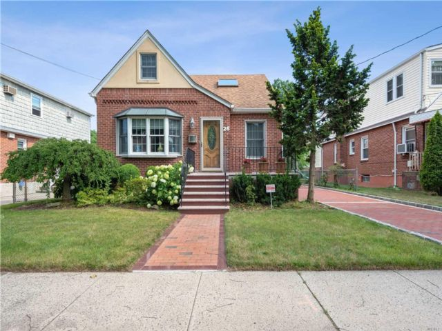 3 BR,  4.00 BTH Exp cape style home in New Hyde Park