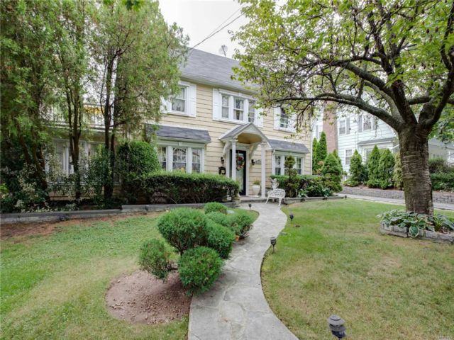 6 BR,  5.00 BTH  Colonial style home in Douglaston