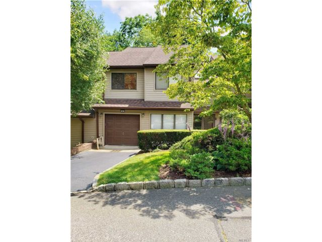 3 BR,  3.00 BTH Townhouse style home in Glen Head