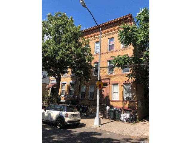 18 BR,  6.00 BTH  Colonial style home in Ridgewood