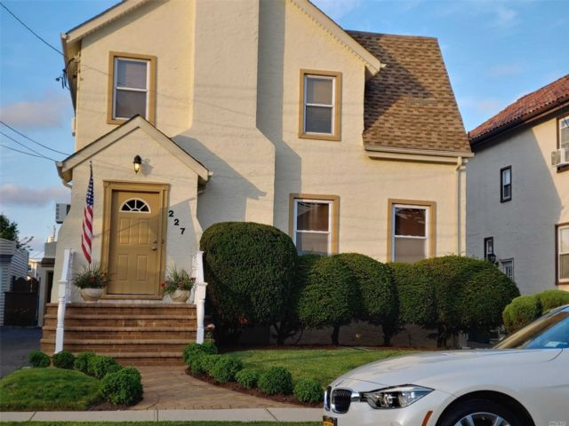 3 BR,  2.00 BTH  Colonial style home in Merrick