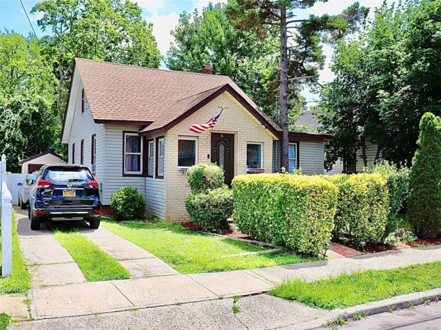 3 BR,  2.00 BTH Cape style home in Roosevelt