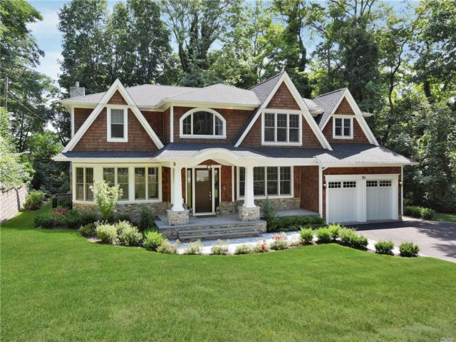 5 BR,  5.00 BTH Colonial style home in East Hills