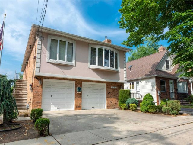 4 BR,  3.00 BTH  Hi ranch style home in Whitestone