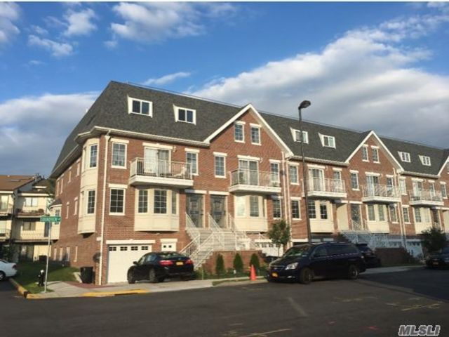 4 BR,  3.00 BTH  Apt in house style home in College Point