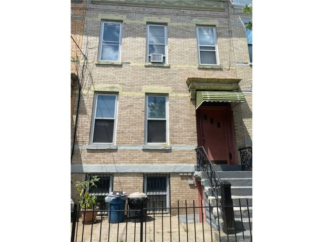 6 BR,  3.00 BTH Trilevel style home in Flushing