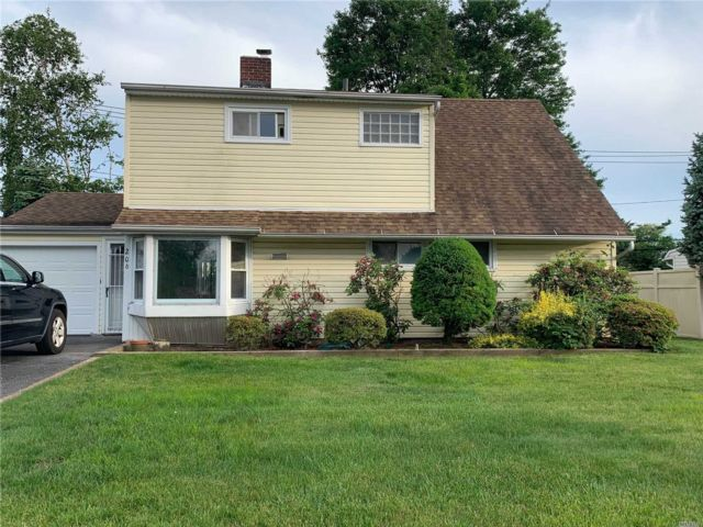 5 BR,  2.00 BTH  Colonial style home in Hicksville
