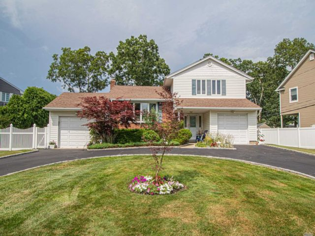 4 BR,  3.00 BTH Split level style home in East Islip