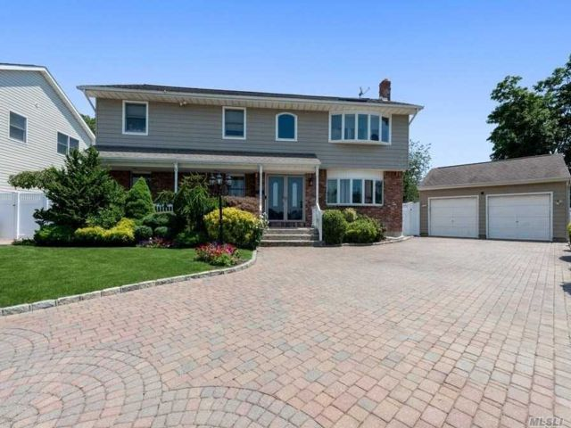 4 BR,  5.00 BTH Colonial style home in Farmingdale