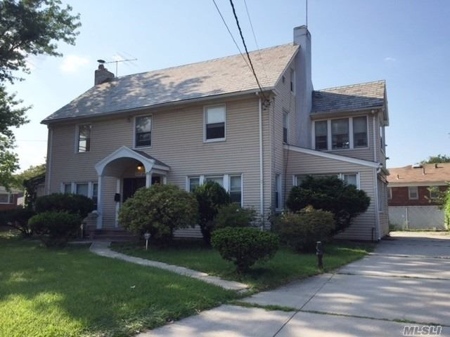 8 BR,  4.00 BTH  Colonial style home in Flushing