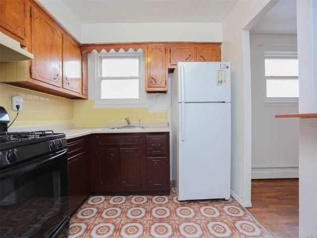 3 BR,  2.00 BTH  Apt in house style home in Astoria