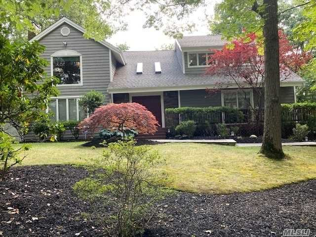 5 BR,  4.00 BTH Colonial style home in Centerport