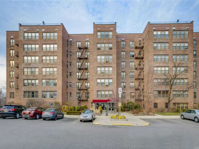 2 BR,  1.00 BTH High rise style home in Bayside