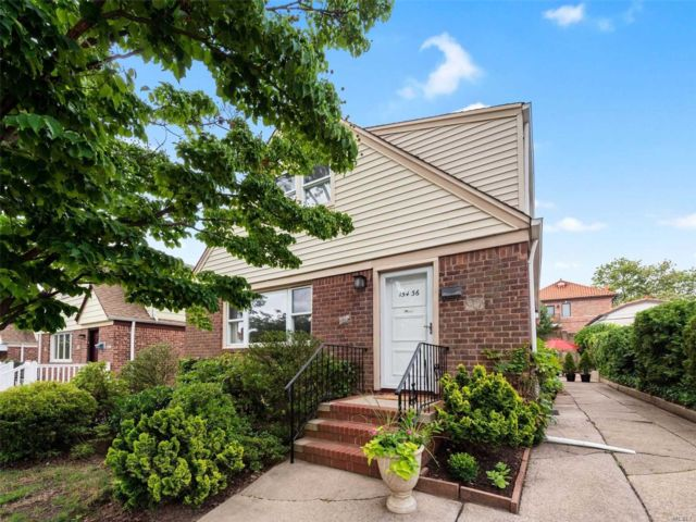 6 BR,  2.00 BTH Colonial style home in Whitestone