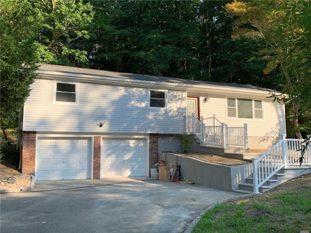 3 BR,  2.00 BTH Raised ranch style home in Smithtown