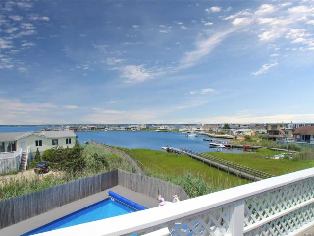 4 BR,  3.00 BTH  Contemporary style home in Westhampton Bch