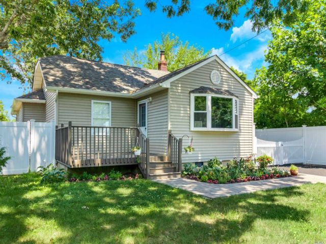 3 BR,  2.00 BTH Ranch style home in Bohemia