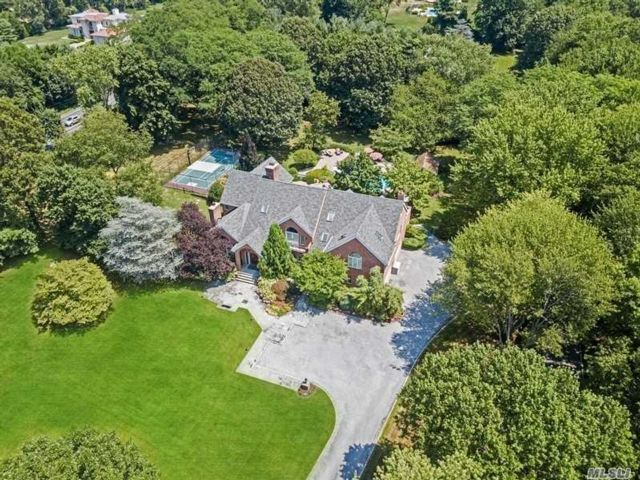 5 BR,  6.00 BTH Colonial style home in Upper Brookville