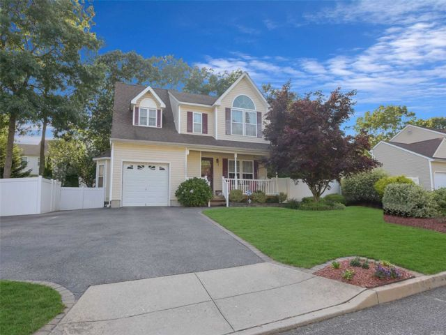 4 BR,  4.00 BTH  Colonial style home in Holtsville