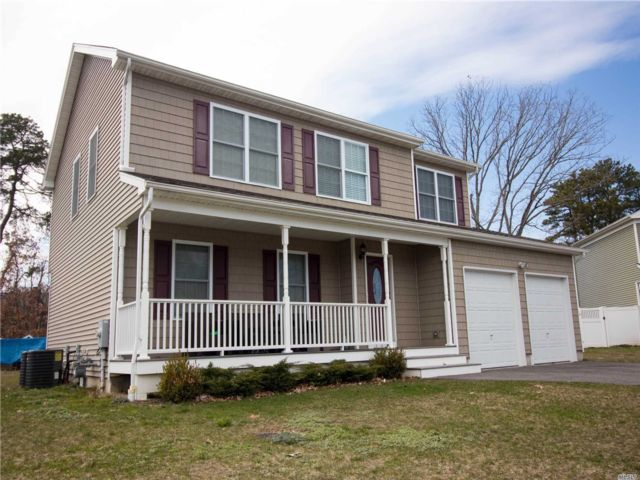 4 BR,  3.00 BTH  Colonial style home in Bay Shore