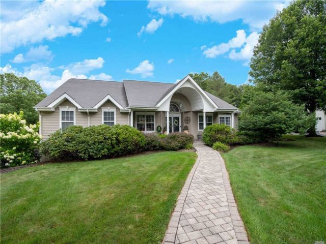 5 BR,  4.00 BTH Ranch style home in East Setauket