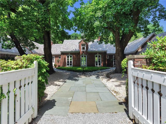 6 BR,  6.00 BTH Ranch style home in Muttontown