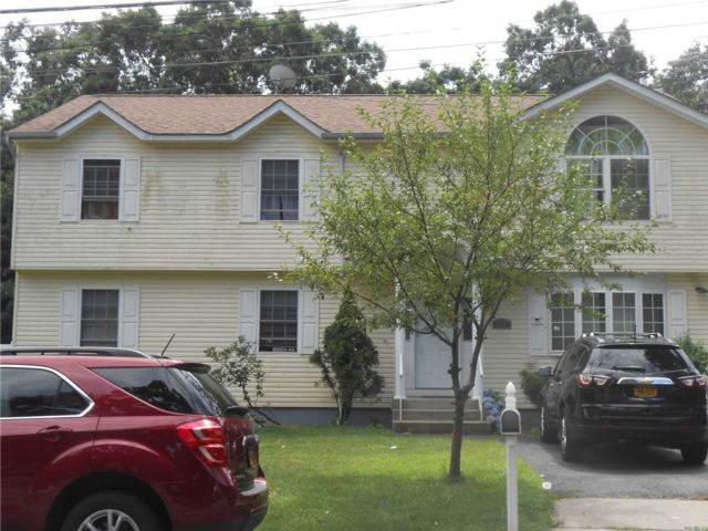 4 BR,  2.00 BTH  Colonial style home in Copiague