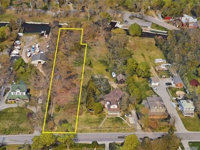 Lot <b>Size:</b> 106 x 550  Land style home in Center Moriches