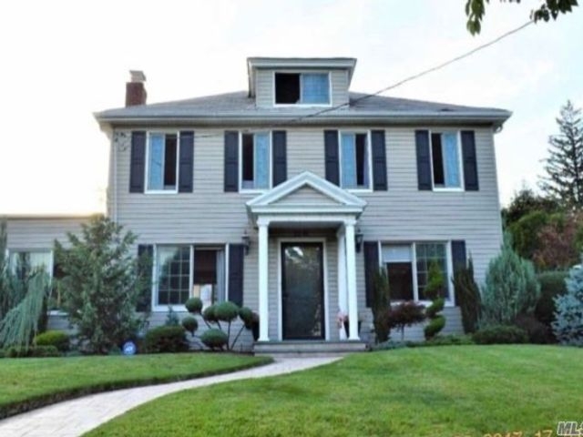 4 BR,  4.00 BTH  Colonial style home in Flushing