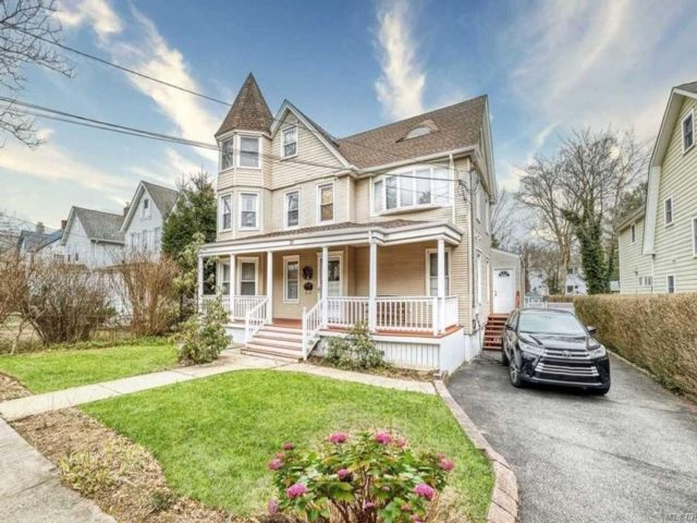 4 BR,  3.00 BTH Colonial style home in Oyster Bay