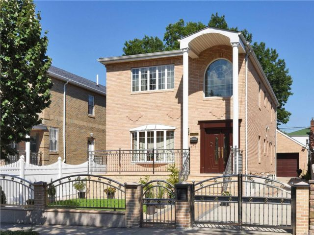 6 BR,  5.00 BTH  2 story style home in Flushing