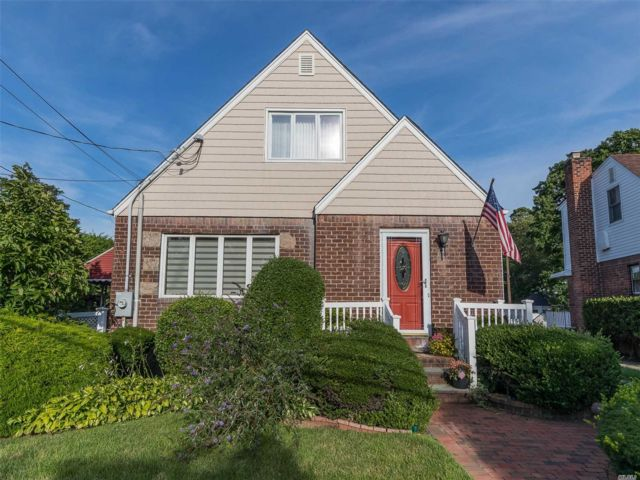 4 BR,  2.00 BTH Exp cape style home in East Rockaway