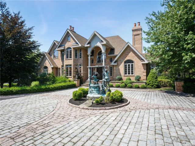 5 BR,  5.00 BTH Colonial style home in East Islip