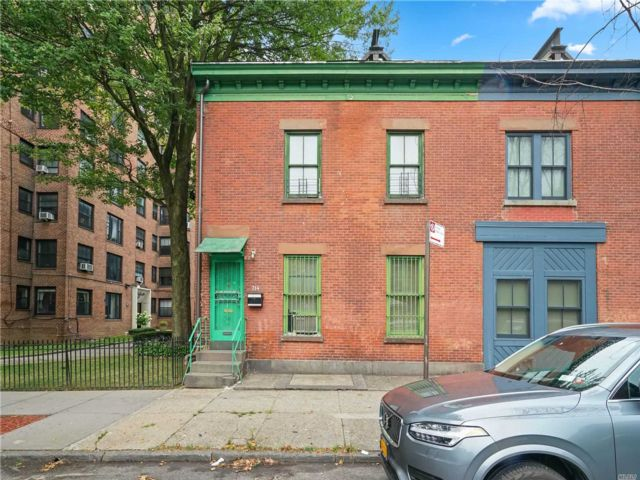 3 BR,  2.00 BTH  Townhouse style home in Clinton Hill