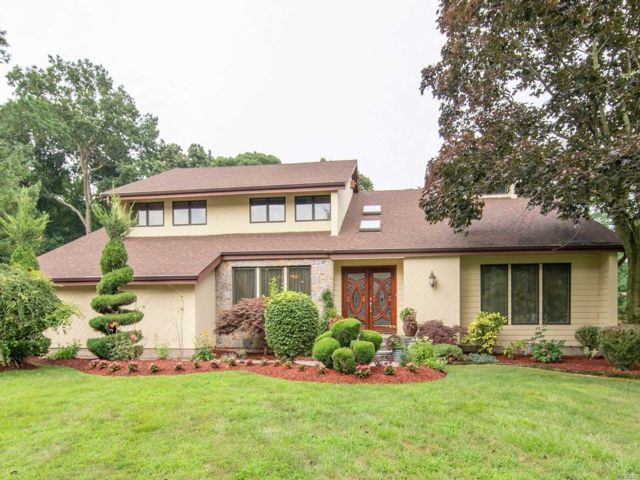5 BR,  4.00 BTH Contemporary style home in Dix Hills