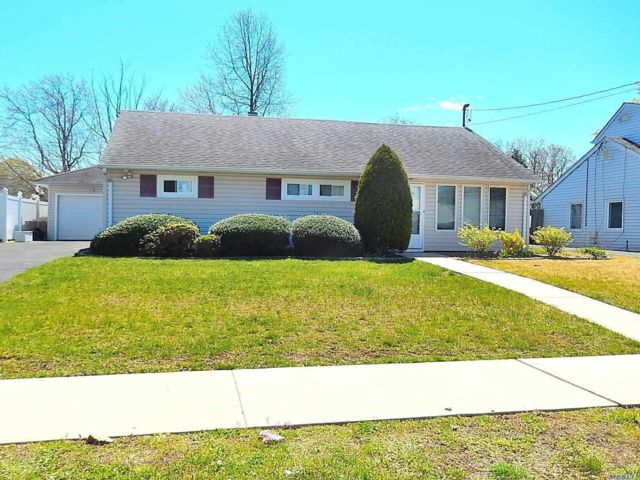 3 BR,  2.00 BTH Exp ranch style home in Plainview