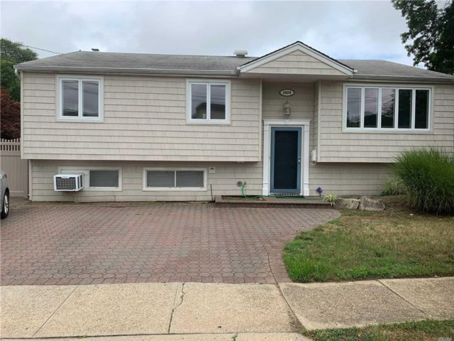 5 BR,  2.00 BTH Hi ranch style home in Merrick
