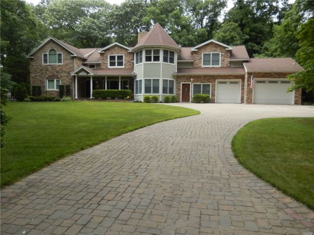 4 BR,  5.00 BTH Post modern style home in Dix Hills