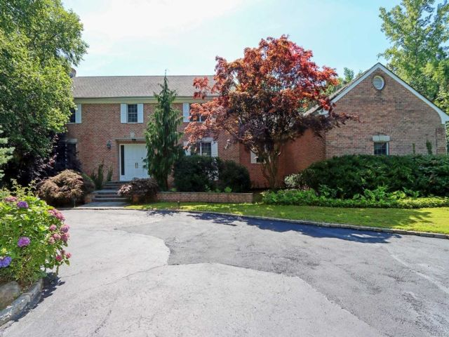 5 BR,  6.00 BTH Colonial style home in Laurel Hollow