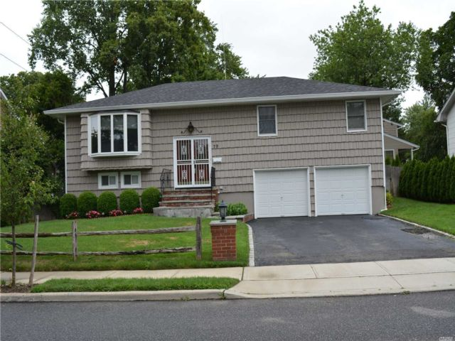 4 BR,  2.00 BTH  Hi ranch style home in Glen Cove