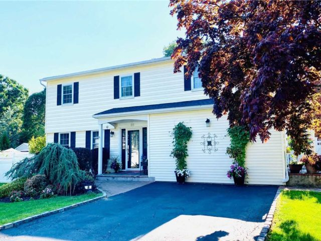 5 BR,  4.00 BTH Colonial style home in Centereach