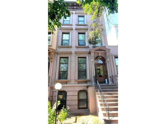 13 BR,  4.00 BTH  Townhouse style home in Bed-stuy