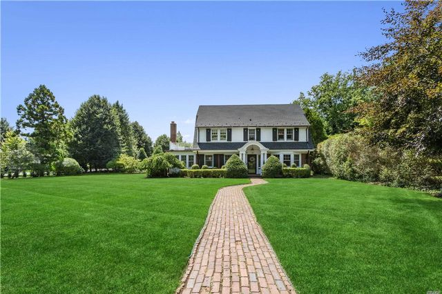 6 BR,  6.00 BTH Colonial style home in Garden City