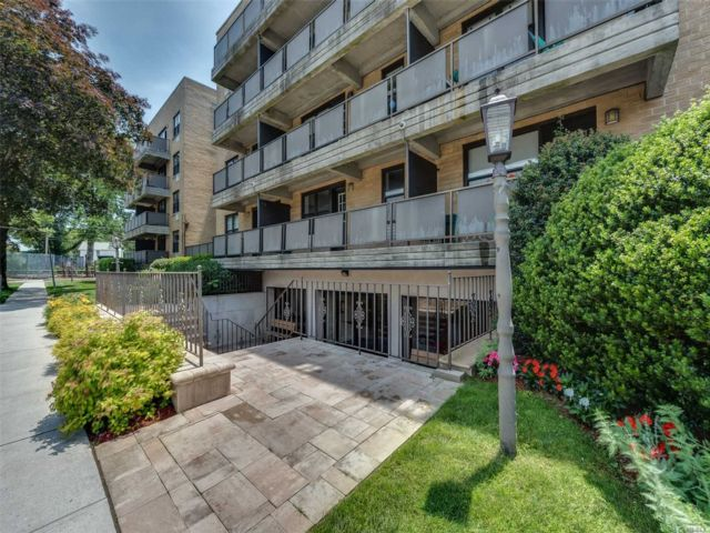 2 BR,  1.00 BTH Mid rise style home in Mineola