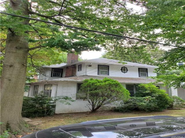6 BR,  2.00 BTH Colonial style home in Bayside