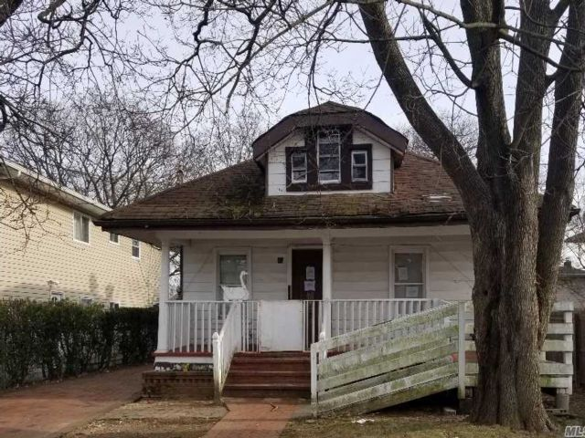 3 BR,  1.00 BTH Bungalow style home in Westbury