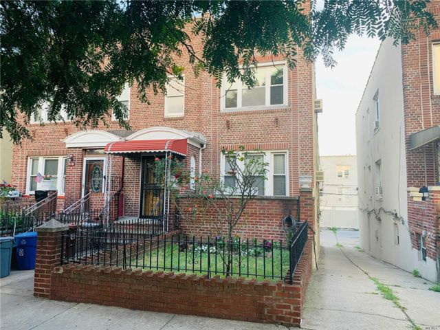 5 BR,  3.00 BTH Colonial style home in Sunnyside